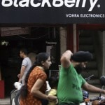 """IBP07 AMRITSAR (INDIA) 12/08/2013.- Fotografía fechada el 30 de agostode 2010 que muestra tres ciudadanos indios que pasan en motocicletajunto a una tienda de BlackBerry en la ciudad de Amritsar, al norte deIndia. La empresa canadiense BlackBerry anunció en un comunicadoemitido hoy, lunes 12 de agosto de 2013, que explora """"alternativasestratégicas"""" que incluyen asociaciones o incluso la venta de lafirma. EFE/Raminder Pal Singh"""