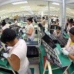 Funcionários trabalham na fábrica de Samsung, em Manaus Foto: Alex Pazzuelo, Agência de Comunicações do Governo do Estado do Amazonas