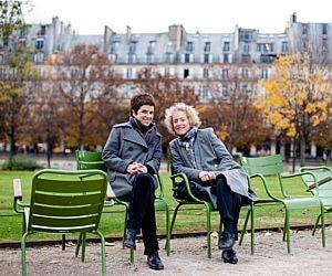 Mãe e filha cuidam de negócio em Paris