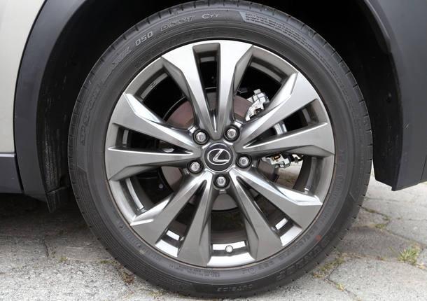 Lexus UX 250h x Volvo XC40 R-Design