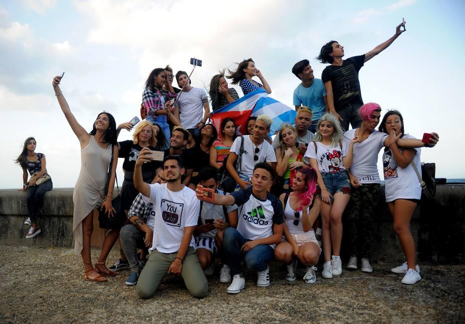 Jovens cubanos driblam falta de internet para publicar vídeos no YouTube