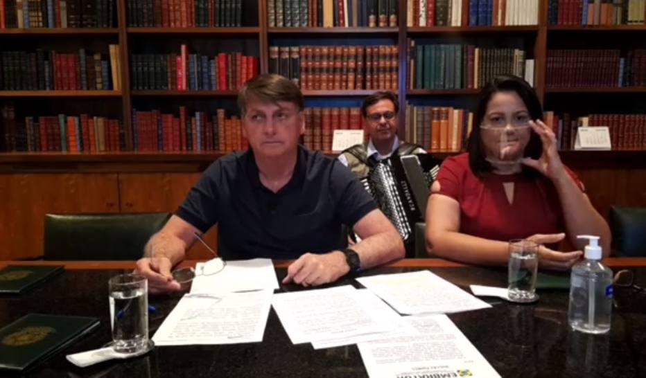 Presidente Jair Bolsonaro durante transmissão de live nesta quinta-feira, 30