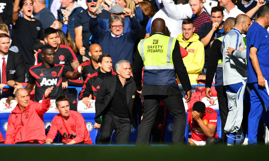 Mourinho reclama da arbitragem e minimiza confusão com auxiliar de Sarri