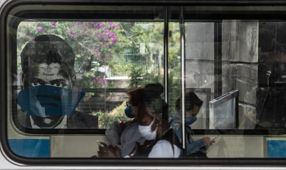 Metrô coloca máscaras nos retratos artísticos da estação Sumaré para alertar sobre a prevenção da covid-19.
