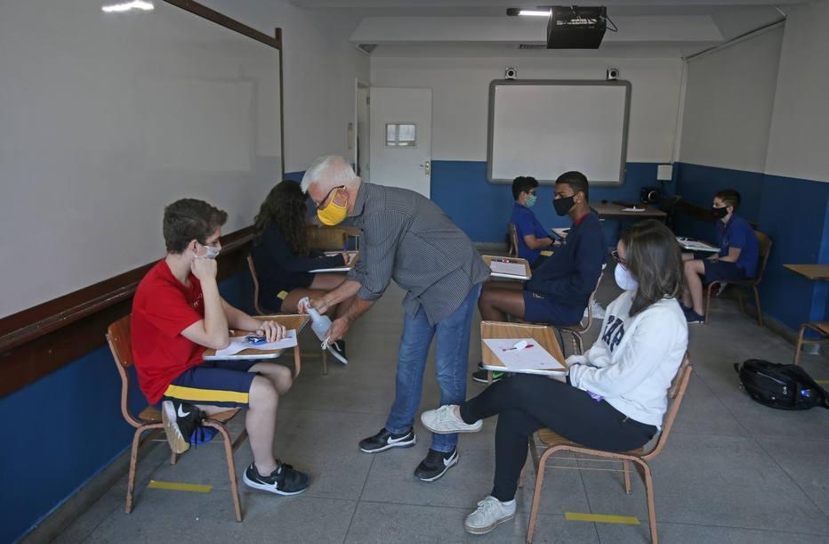 Volta as aulas dos alunos do Colégio Camões de Pináchio em Jacarepaguá, na zona oeste do Rio de Janeiro. Os alunos tem que seguir protocolo de saúde e manter distanciamento, uso de mascára, alcool gel e outras regras. Apesar do decreto municipal perm