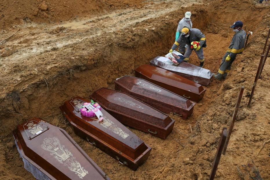 Os funcionários do cemitério preparam os caixões para serem enterrados em uma vala comum no cemitério de Nossa Senhora em Manaus, estado da Amazônia.