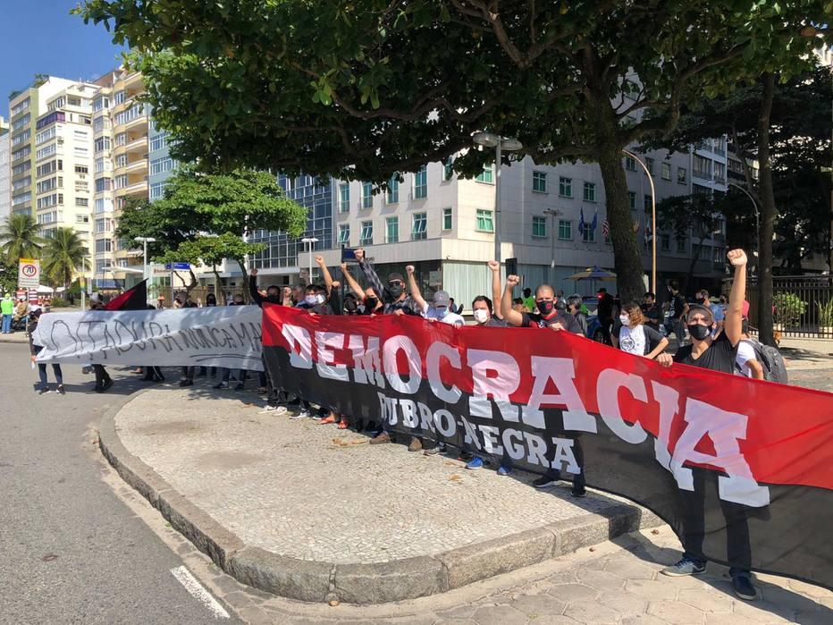 Policial do Rio diz a deputado bolsonarista que mandou queimar faixa pró-democracia