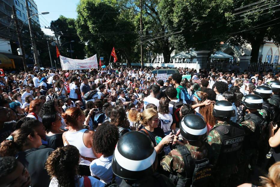 Protestos cortes educação