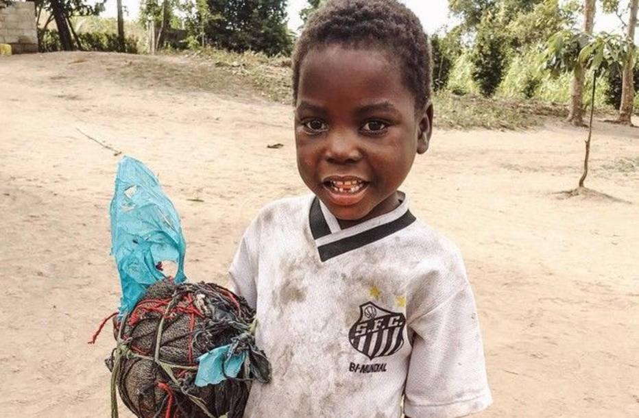 eec0249174 Menino africano que viralizou com a camisa do Santos recebe ajuda do clube