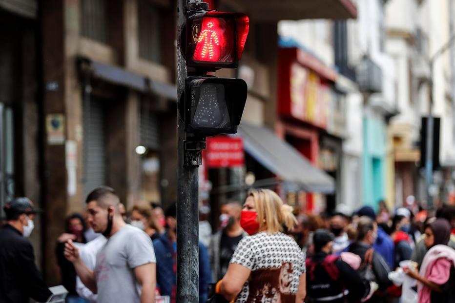 Com reabertura do comércio, ruas ficam movimentadas no centro de São Paulo.