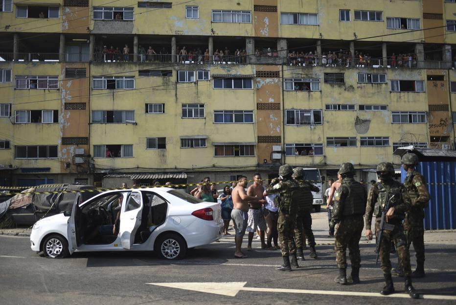 Catador que ajudou família baleada com 80 tiros é enterrado no Rio