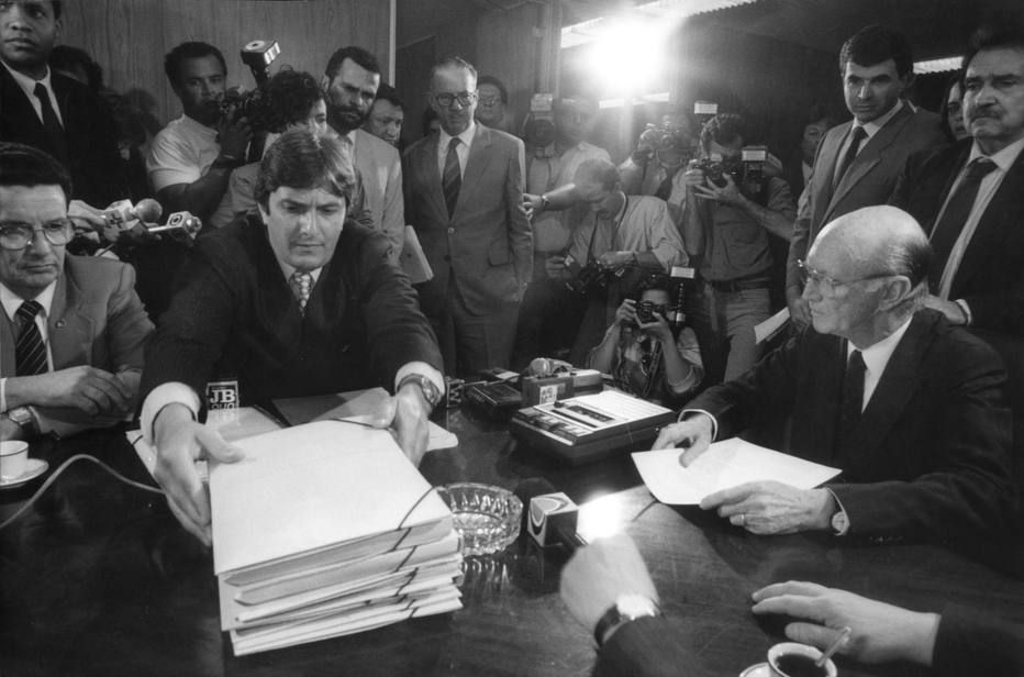 Collor<a href='http://acervo.estadao.com.br/pagina/#!/19921207-36209-nac-0004-999-4-not/' target='_blank'>entrega sua defesa</a>ao Senado