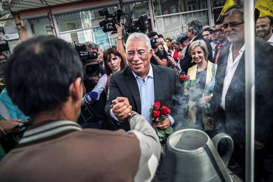 Premie socialista António Costa faz campanha corpo a corpo antes da eleição legislativa em Portugal