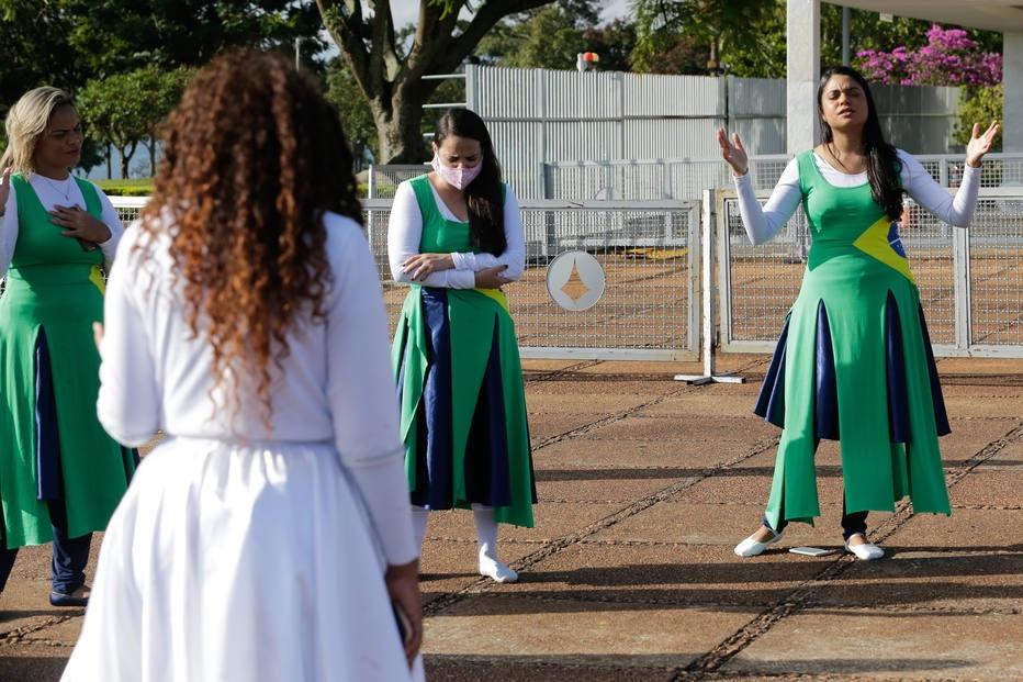 Um grupo de evangelicos comecou o domingo, 5, fazendo uma oracao em frente ao Palacio da Alvorada, residência oficial do presidente da República.