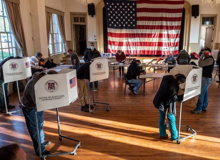 Eleitores votam em escola na Virgínia, em pleito que teve comparecimento histórico de eleitores e mais de 100 milhões de votos antecipados