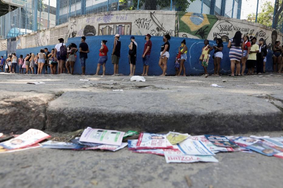 Eleitores fazem fila para votar no Complexo do Alemão, no Rio de Janeiro