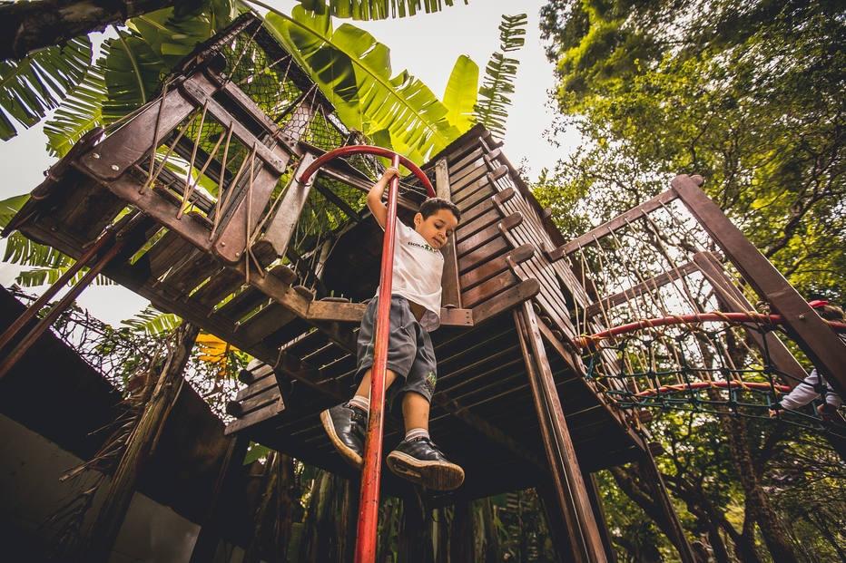 Criança brinca em parque de colégio