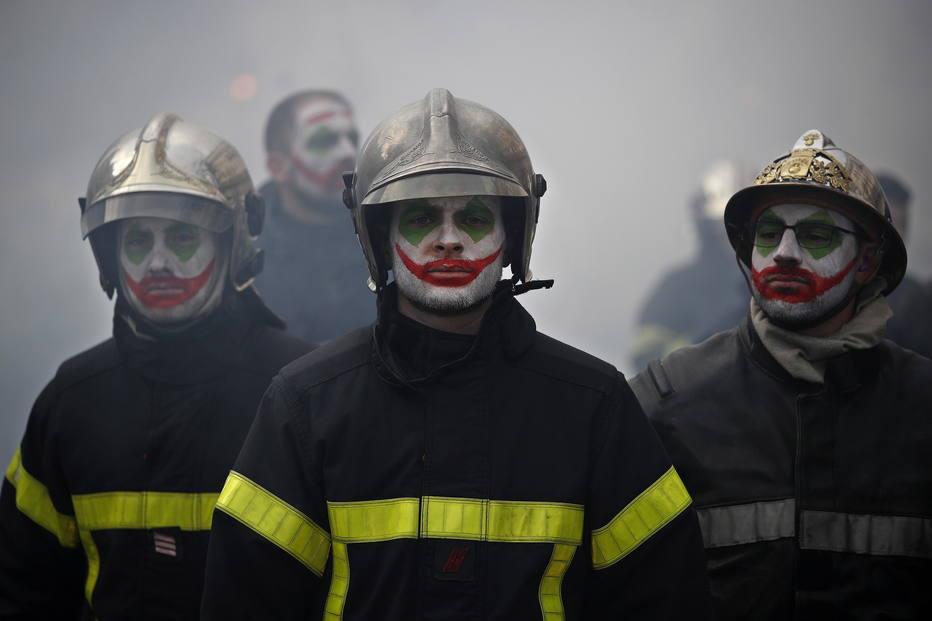 Bombeiros enfrentam a polícia durante manifestação em Paris - Internacional - Estadão