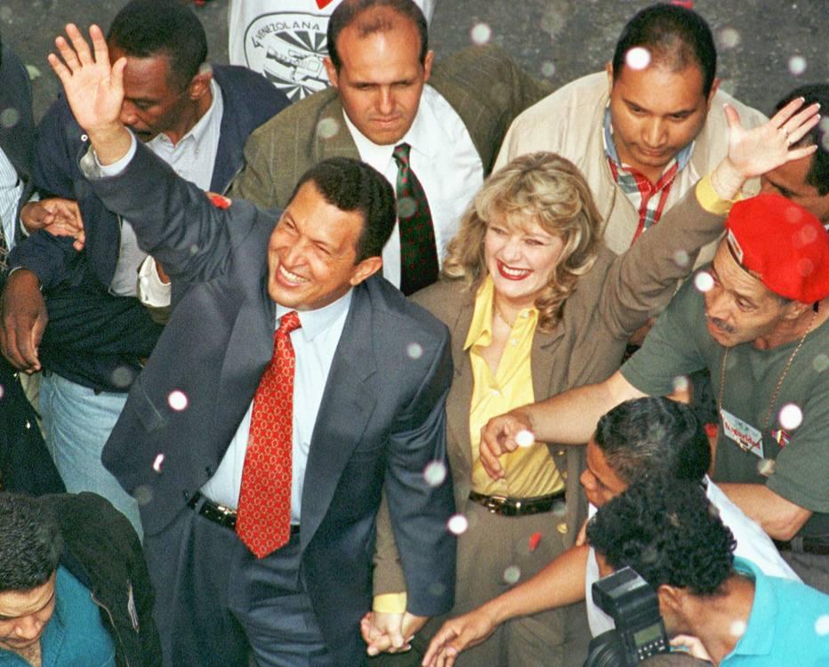 Chávez e a mulher, Marisabel, em 1999, em Caracas, protegidos por Alejandro Andrade (atrás de Chávez); parceria rendeu frutos ao segurança