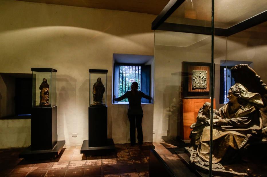 Museu de Arte Sacra de Santos colocou vidros de proteção em imagens de santos após ser roubado em 2016