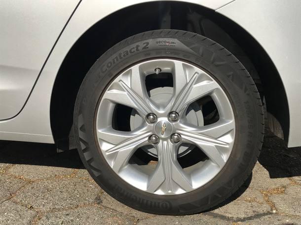 Tambores de freio pintados de cinza atrás
