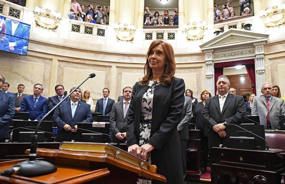 Cristina Kirchner prestou juramento e assumiu cargo de senadora na semana passada; juiz pede retirada de imunidade para poder prendê-la