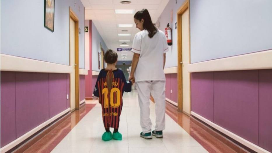 6bf448e64 Revista transforma camisas de time em batas de hospital para dar força a  crianças