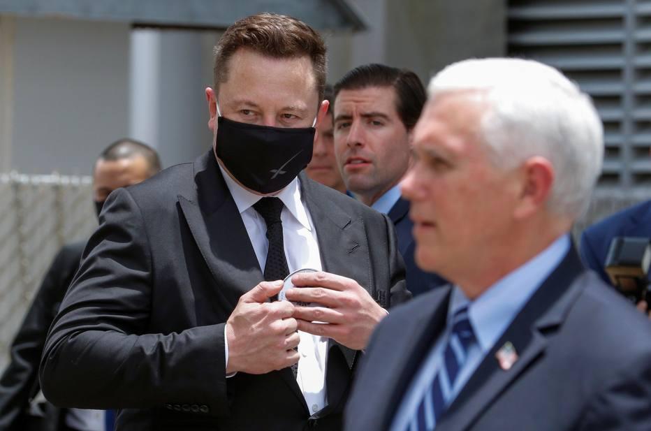 O fundador da SpaceX, Elon Musk, e o vice-presidente dos EUA, Mike Pence, na NASA