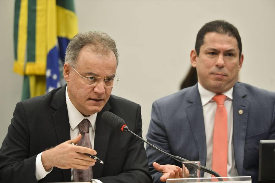 Samuel Moreira e Marcelo Ramos na sessão de leitura do relatório na Comissão Especial. Fonte: Estadão