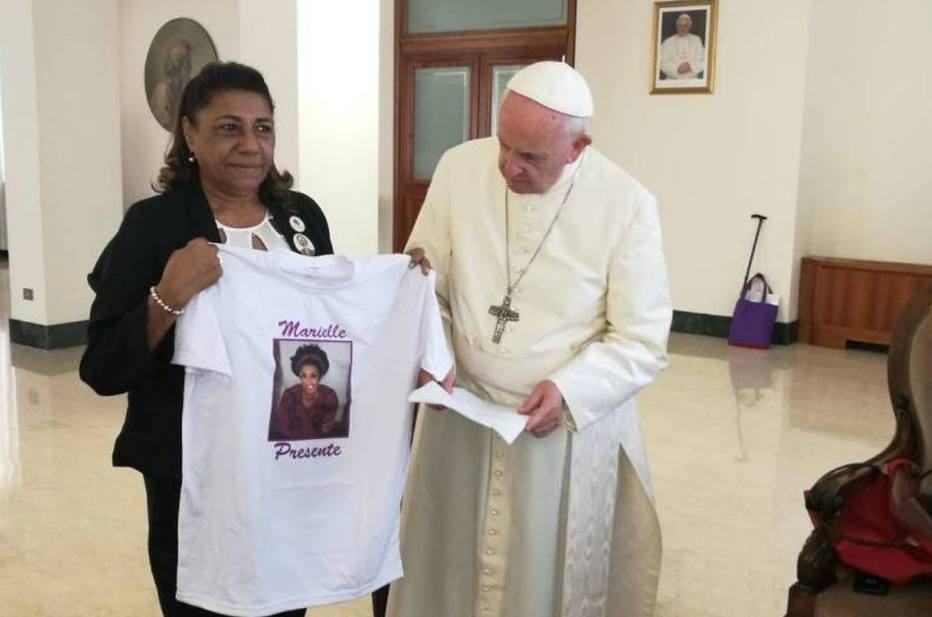 Papa recebe mãe de Marielle Franco