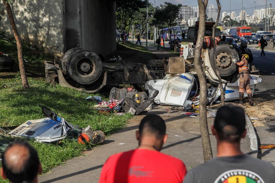Acidente com caminhão na Marginal do Tietê - Ponte da Vila Maria