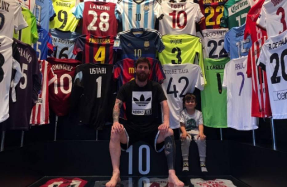 Messi publica foto de sua coleção de camisas e deixa fãs de boca aberta 6a5e8d9577e09