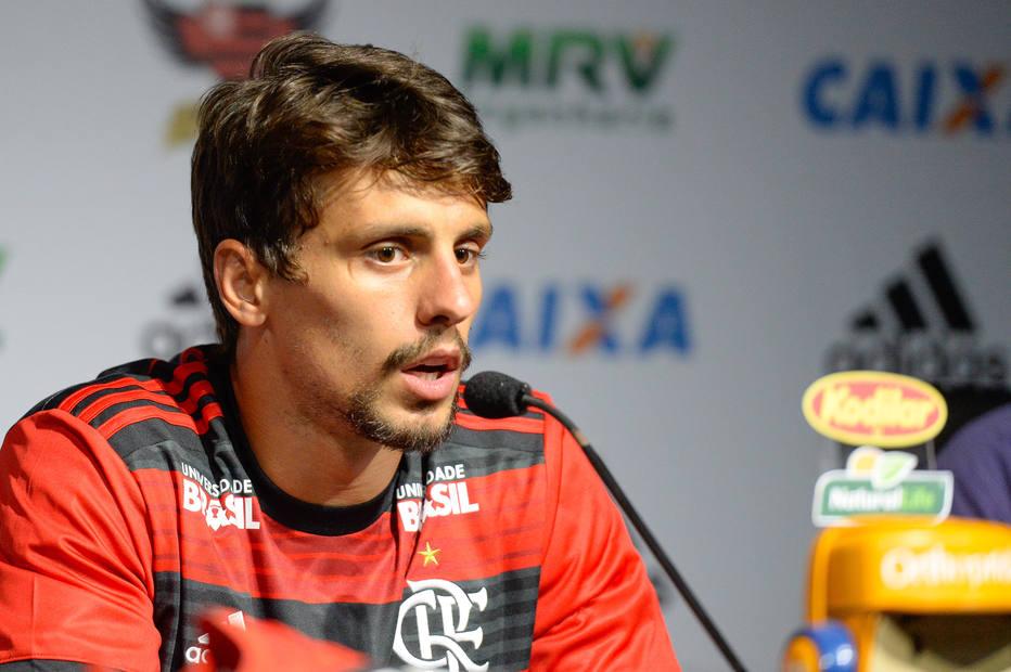 Rodrigo Caio falha em estreia no Flamengo e vira alvo de