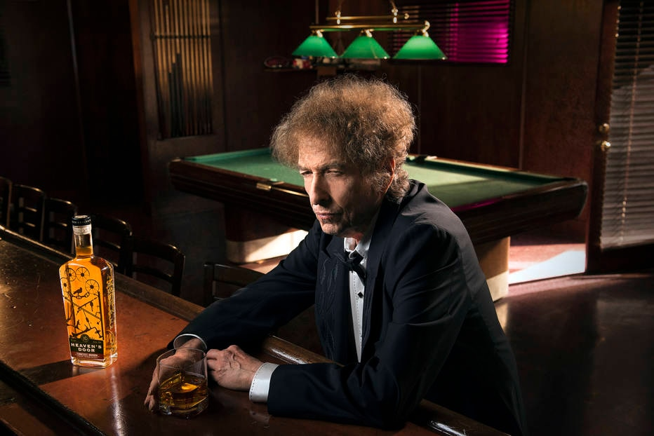 Bob Dylan em uma foto promocional do seu uísque Heaven's Door.