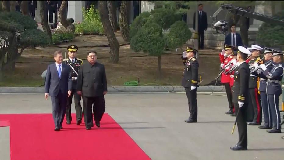 Líder norte-coreano, Kim Jong-un, encontra o presidente sul-coreano, Moon Jae-in, em Panmunjom