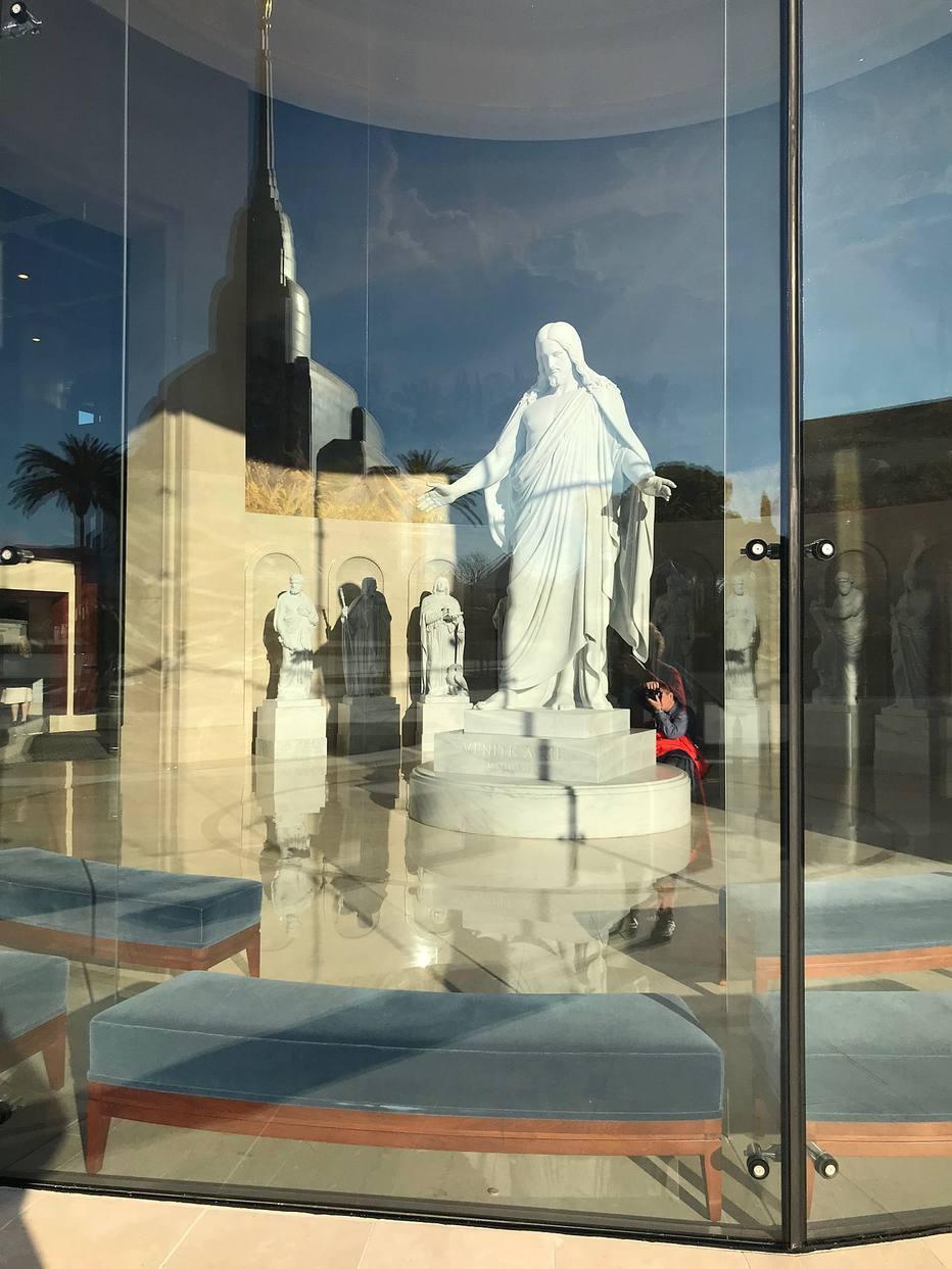 El centro de visitantes de la Iglesia de Jesucristo de los Santos de los Últimos Días incluye una réplica de Cristo Resucitado del escultor danés Bertel Thorvaldsen