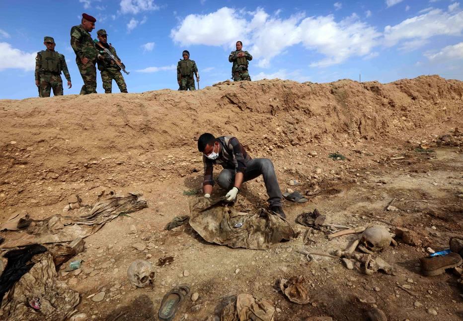 Peritos iraquianos retiram corpos de valas comuns na quais o Estado Islâmico teria enterrado mais de 12 mil pessoas