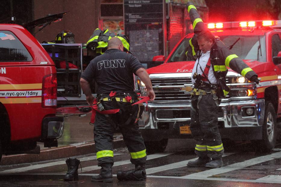 Bombeiros são acionados para trabalhar em colisão de helicóptero em prédio em NY