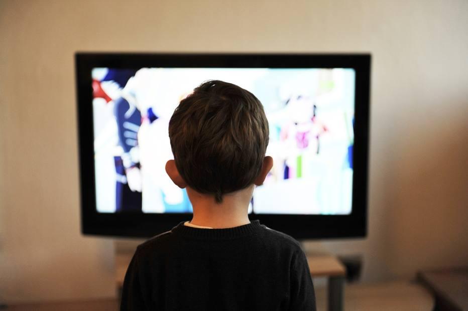 Comerciais de 'junk food' são concentrados em horários que crianças assistem TV