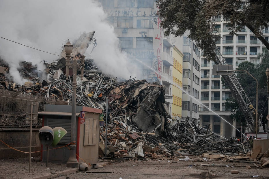 Destroços de prédio em São Paulo
