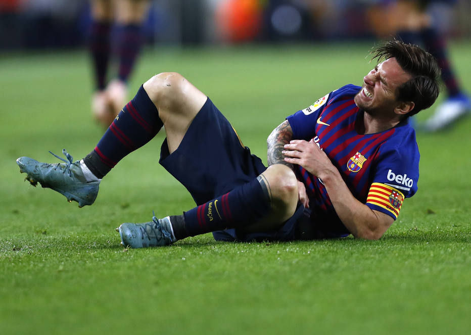 b6e983a354 Lionel Messi saiu de campo com uma lesão no cotovelo e preocupa a equipe  para a sequência de jogos Foto  AP Photo Manu Fernandez