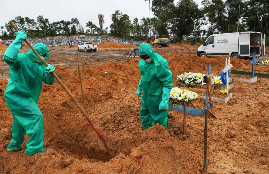 Cemitérios cavam sepulturas para vítimas e suspeitas da pandemia de coronavírus COVID-19 no cemitério de Nossa Senhora em Manaus, estado da Amazônia.