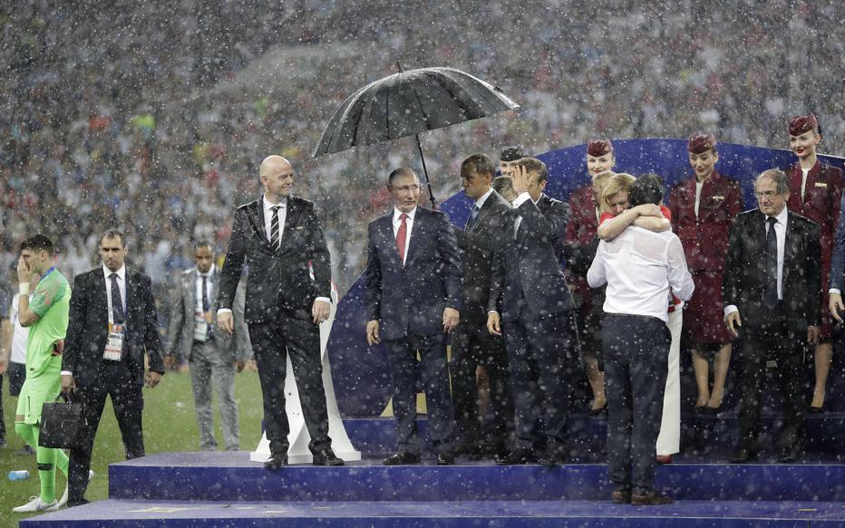 Putin é o primeiro a receber guarda-chuva durantepremiação da Copa