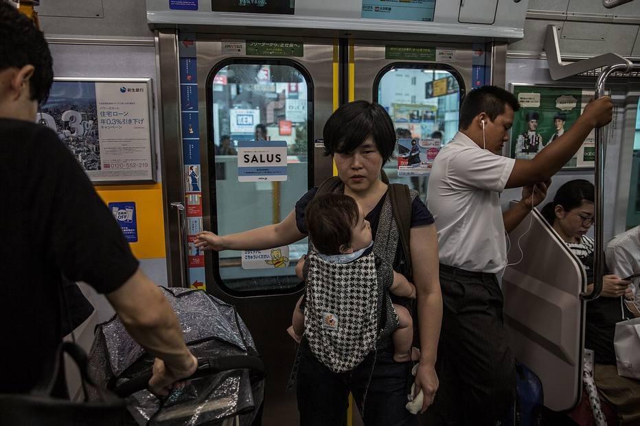 Yoshiko Nishimasa pega a condução todos os dias para o trabalho. Depois de um expediente de sete horas, busca as crianças mais novas na escola.