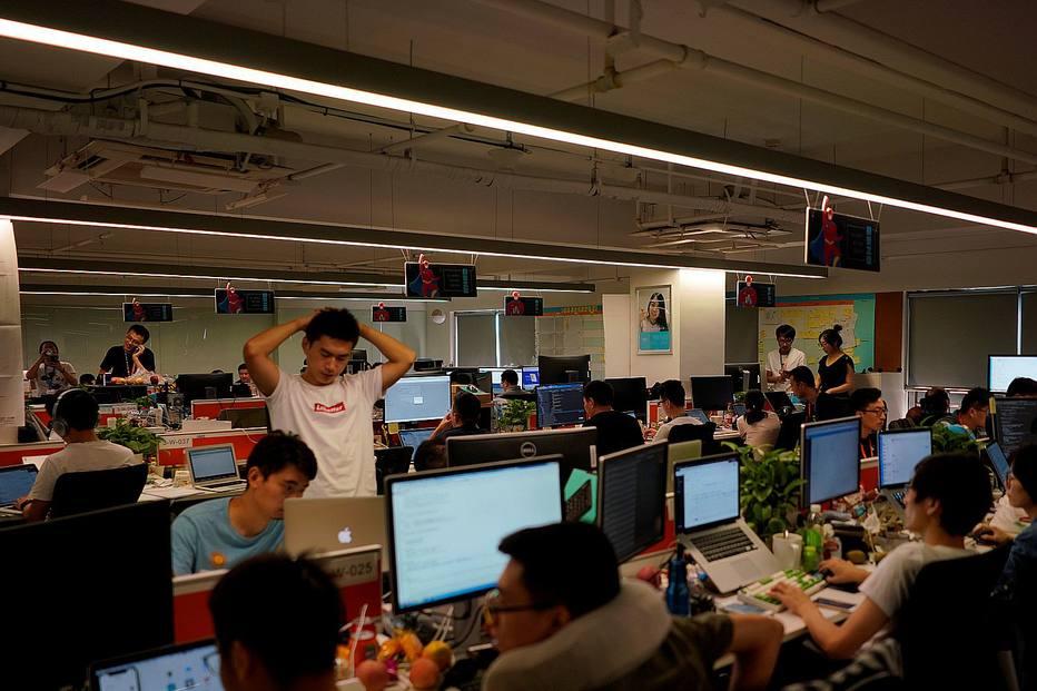 """Na China, trabalhadores na área de tecnologia estão se rebelando contra a cultura """"996"""", um expediente que vai das 9 horas às 21 horas, seis dias por semana."""