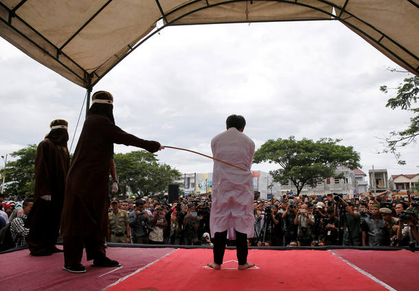 Um homem indonésio é punido publicamente por ter relações sexuais homossexuais em Banda Aceh, na Indonésia