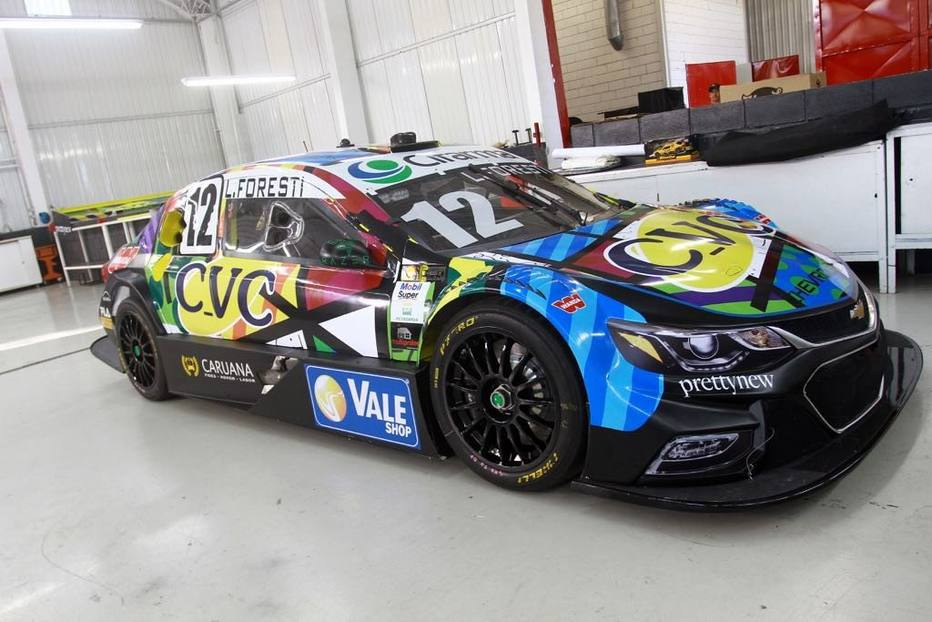 cf49b6ade5cb83 Piloto da Stock Car customiza carro e macacão com arte de Romero ...