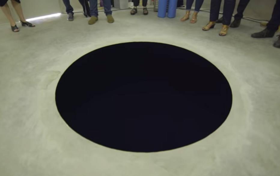 Homem cai em fosso de obra de arte que parecia uma pintura no chão - Emais - Estadão