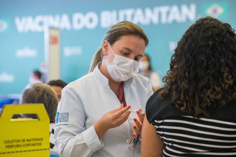 Caminhoneiros, motoristas, funcionários do metrô: veja quem tem prioridade para ser vacinado