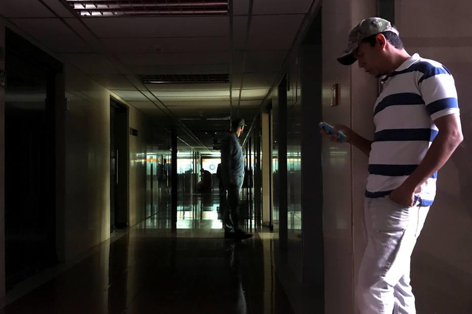 UTI de clínica em Caracas, na Venezuela, ficou sem luz durante apagão desta terça-feira (31)